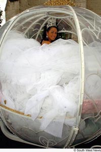 Wedding Dress Designers on The Heaviest Wedding Dress In The World Is Also One Of The Tackiest